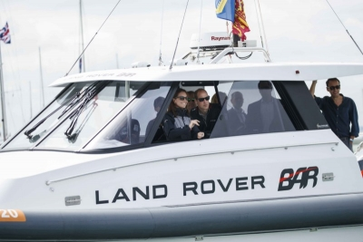 LAND ROVER BAR, DOMINA LOS MARES EN PORTSMOUTH